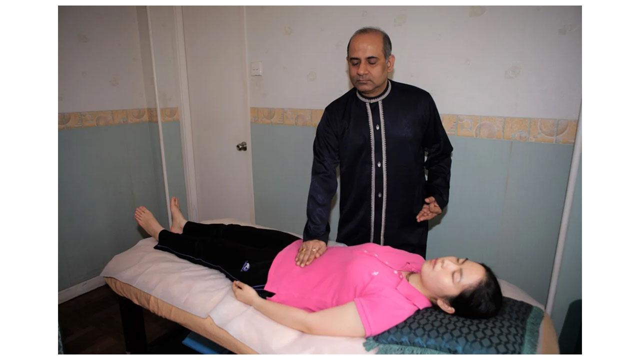 Mr.-Vinod-Sharma-Hong-Kong-treating-patient